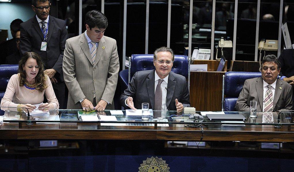 Plenário do Senado durante sessão deliberativa ordinária.  Mesa:  senadora Vanessa Grazziotin (PCdoB-AM); presidente do Senado Federal, senador Renan Calheiros (PMDB-AL); senador Zeze Perrella (PDT-MG).  Foto: Moreira Mariz/Agência Senado