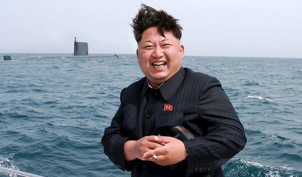 Foto de divulgação da agência de notícia KCNA mostra o líder norte-coreano, Kim Jong Un, em frente a um submarino para acompanhar teste de lançamento de míssil. 09/05/2015 REUTERS/KCNA