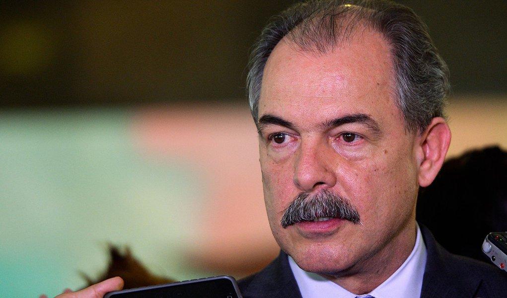 O ministro-chefe da Casa Civil, Aloizio Mercadante, fala à imprensa, no Palácio do Planalto (Wilson Dias/Agência Brasil)