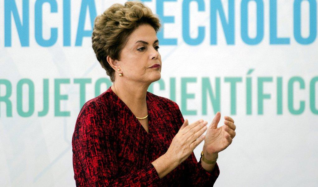 Brasília - A presidenta Dilma Rousseff sanciona o novo Marco Legal da Ciência, Tecnologia e Inovação. A proposta aproxima as universidades das empresas (Marcelo Camargo/Agência Brasil)