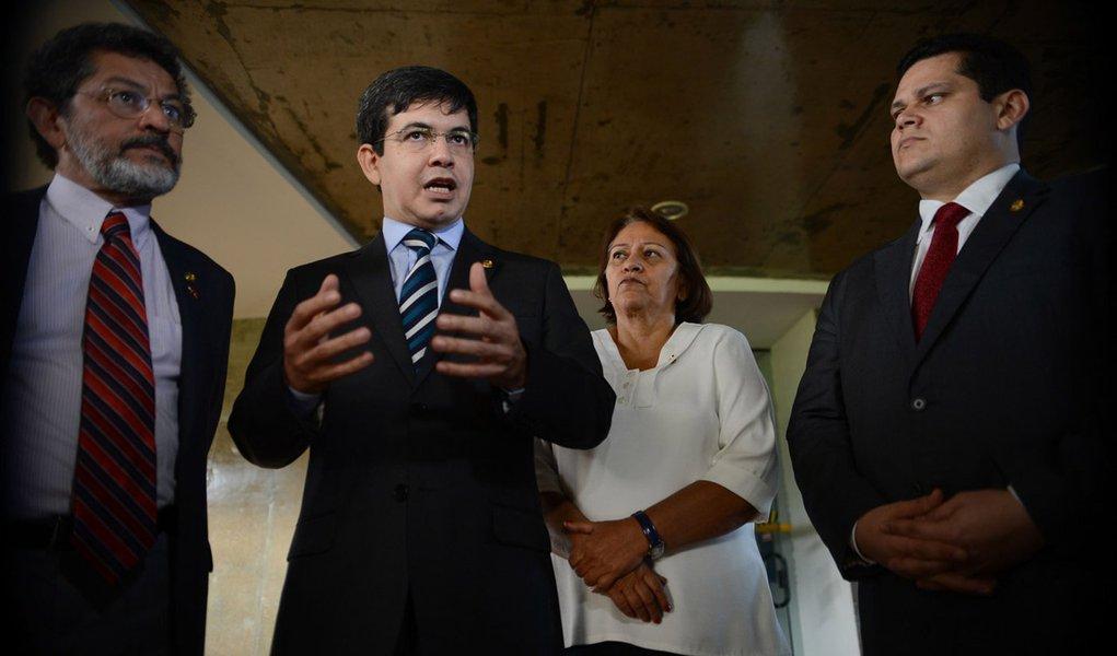 Brasília- DF- Brasil- 31/03/2015-  Senadores Paulo Rocha, Randolfe Rodrigues, Fatima Bezerra e Davi Alcolumbre falam com a imprensa após reunião na PGR (Fabio Rodrigues Pozzebom/Agência Brasil)