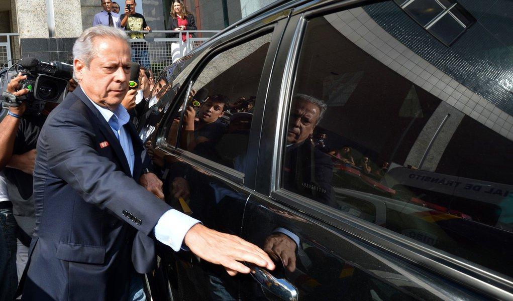 O ex-ministro da Casa Civil José Dirceu após assinar na Vara de Execuções Penais do Distrito Federal o termo que autoriza a cumprir prisão no regime aberto (Fabio Rodrigues Pozzebom/Agência Brasil)