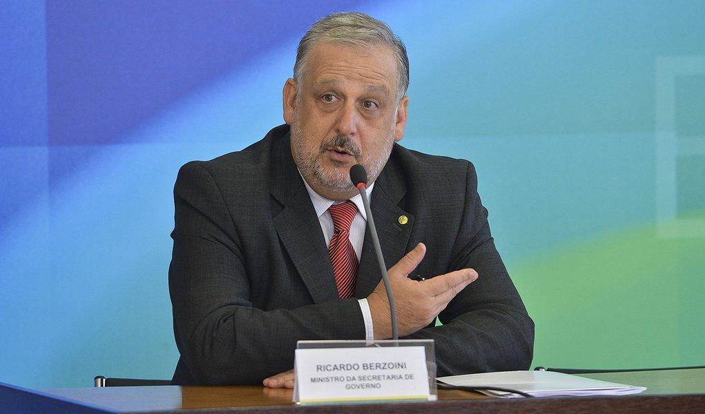 Brasília - O ministro da Secretaria de Governo, Ricardo Berzoini, fala a imprensa após reunião de coordenação com a presidenta, Dilma Rousseff (Antonio Cruz/Agência Brasil)