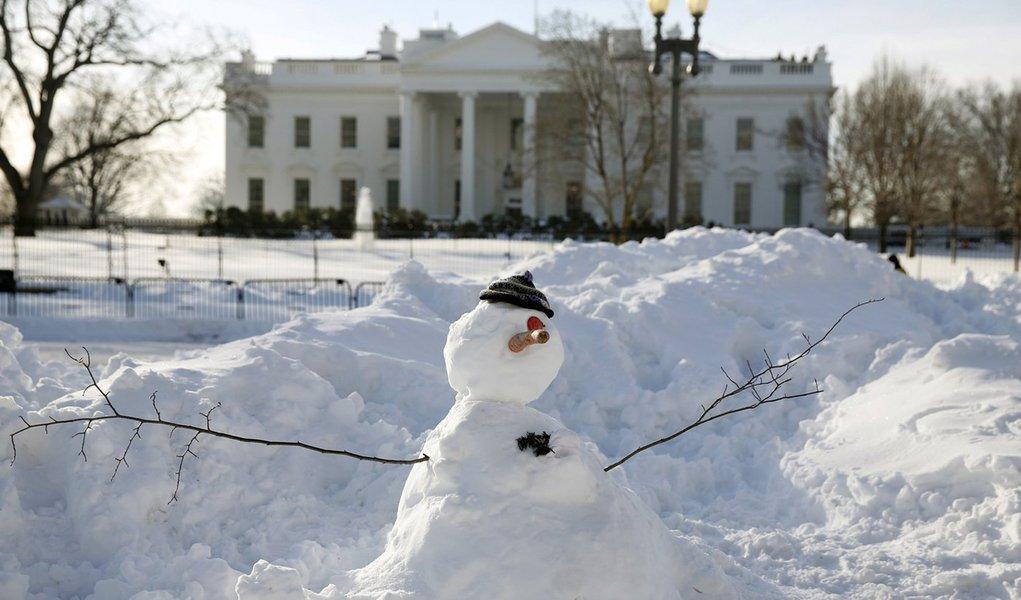 Boneco de neve em frente a Casa Branca, em Washington. 25/01/2016 REUTERS/Kevin Lamarque