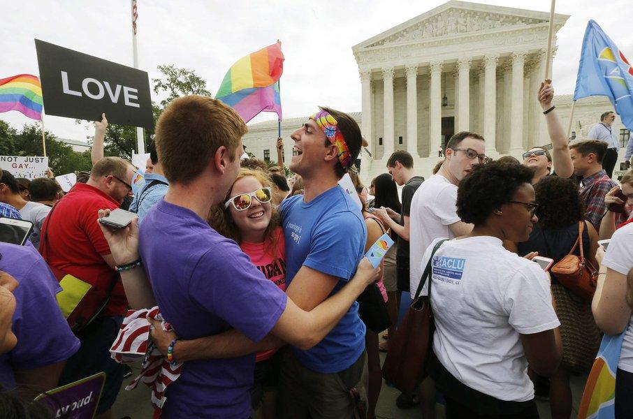 Apoiadores do movimento dos direitos dos gays nos EUA comemoram decisão da Suprema Corte. 26/06/2015 REUTERS/Jim Bourg