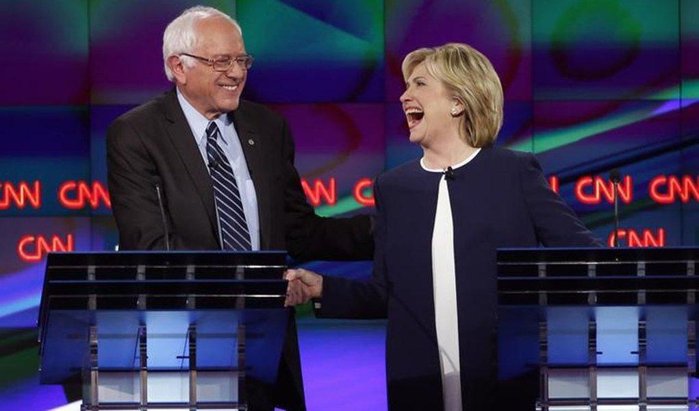Pré-candidatos democratas à Presidência dos EUA Bernie Sanders e Hillary Clinton durante debate em Las Vegas. 13/10/2015 REUTERS/Lucy Nicholson