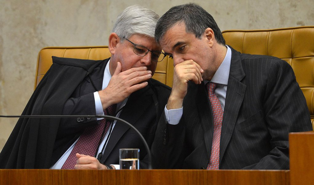O procurador-geral da República, Rodrigo Jannot, e o ministro da Justiça, José Eduardo Cardozo, durante cerimônia de abertura dos trabalhos do Judiciário, no Supremo Tribunal Federal (STF) (Antonio Cruz/Agência Brasil)