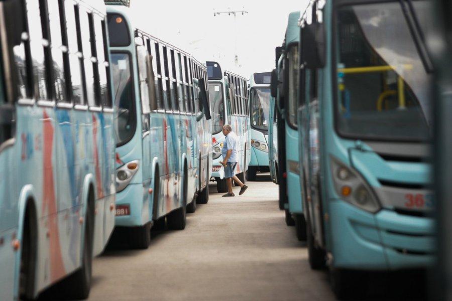 29 de maio de 2014 - Paralizacao do motoristas de onibus em fortaleza leva transtorno ao passageiros.no detalhe a movimentacao no terminal do antonio bezerra.