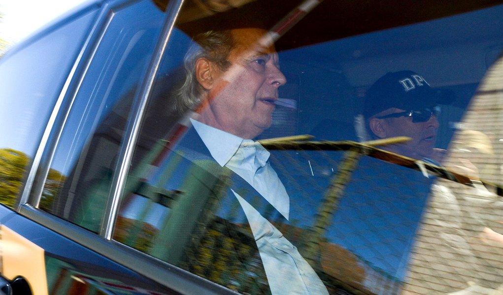 Ex-ministro José Dirceu deixa a sede da Polícia Federal em Brasília em direção a Curitiba (Marcello Casal Jr/Agência Brasil)