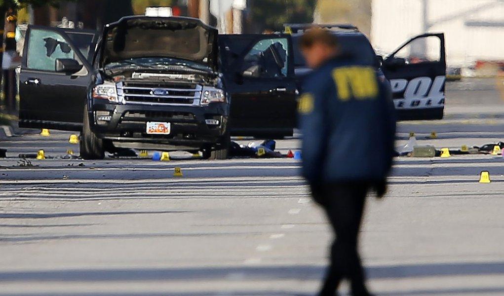 Polícia e FBI investigam local de massacre em San Bernardino, na Califórnia. 03/12/2015 REUTERS/Mike Blake