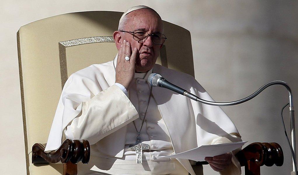Papa Francisco durante missa na Praça de São Pedro, no Vaticano. 04/11/2015 REUTERS/Alessandro Bianchi