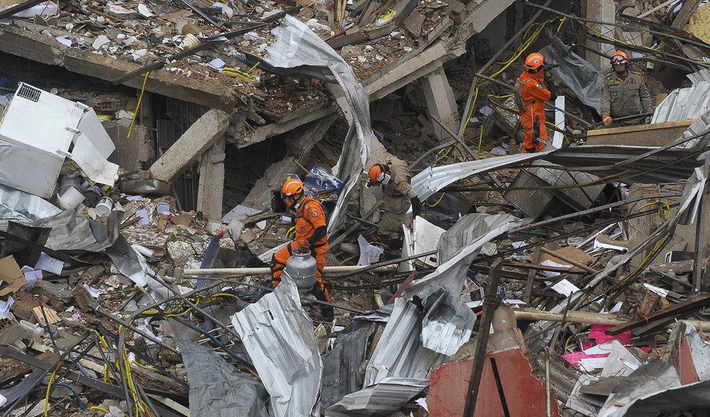 Explosão de grandes proporções em um prédio de dois andares, em São Cristóvão, atingiu um restaurante, uma pizzaria, uma farmácia e 11 quitinetes que funcionavam em uma vila no fundo do prédio (Tânia Rêgo/Agência Brasil)