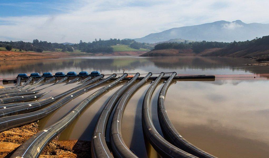 O Governador Geraldo Alckmin aciono o sistema de bombas que dará início à captação de água da reserva técnica do Sistema Cantareira. Com o início da operação dos equipamentos, na represa Jaguari/Jacareí, as águas que estão abaixo do ponto de captação serã