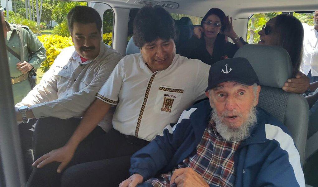 Ex-presidente cubano Fidel Castro (direita) ao lado dos presidentes da Bolívia, Evo Morales (centro), e da Venezuela, Nicolás Maduro, dentro de um veículo em Havana, Cuba, nesta quinta-feira. 13/08/2015 REUTERS/Agência Boliviana de Información/Divulgação
