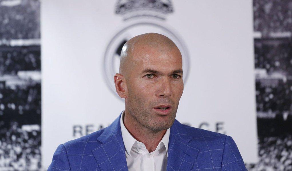 Zidane, novo técnico do Real Madrid, durante coletva no Santiago Bernabeu 4/1/2016 REUTERS/Juan Medina