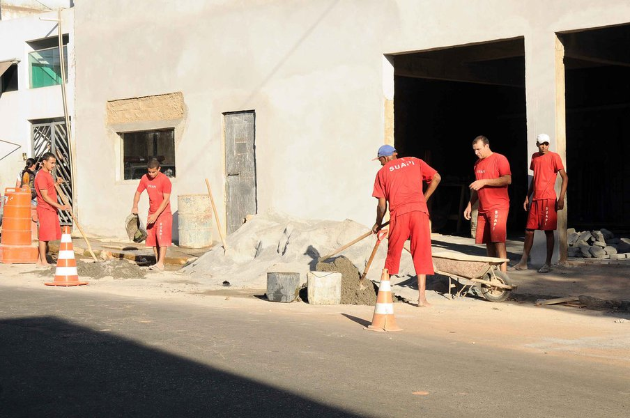 Levantamento de pautas sobre reinserção social. Apenados trabalham em produção de roupas, bolsas, móveis, hortaliças e construção.