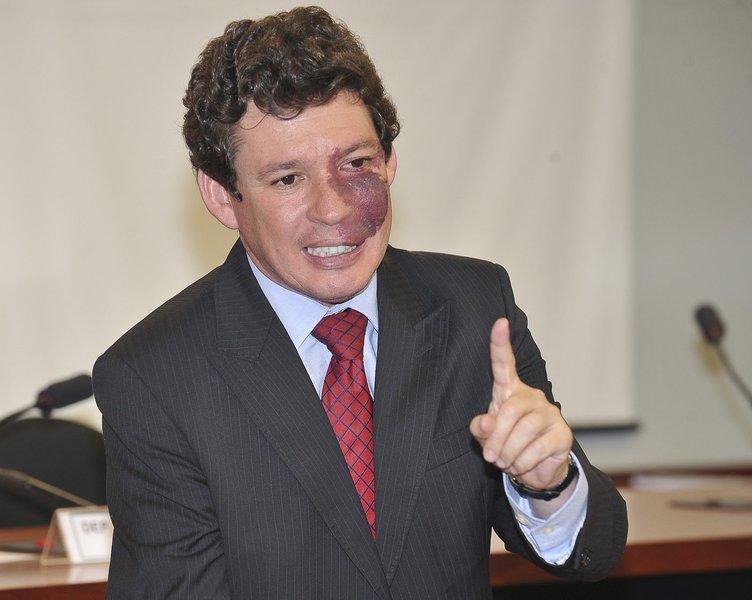 Bras�lia - O presidente da Comiss�o Especial de Pol�ticas P�blicas de Combate �s Drogas, deputado Reginaldo Lopes, durante apresenta��o do parecer do relator, deputado Givaldo Carimb�o, para vota��o na Comiss�o. O relat�rio tem mais de 300 p�ginas. A comi