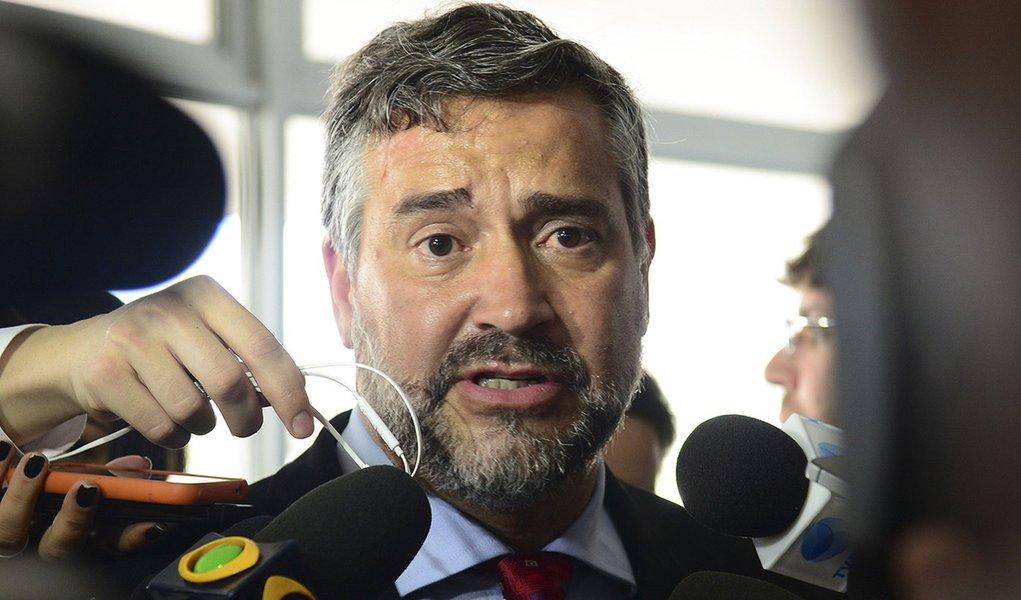 Brasília - Entrevista com o deputado federal, Paulo Pimenta ao chegar ao Palácio do Planalto para reunião com o ministro Ricardo Berzoini (Antonio Cruz/Agência Brasil)