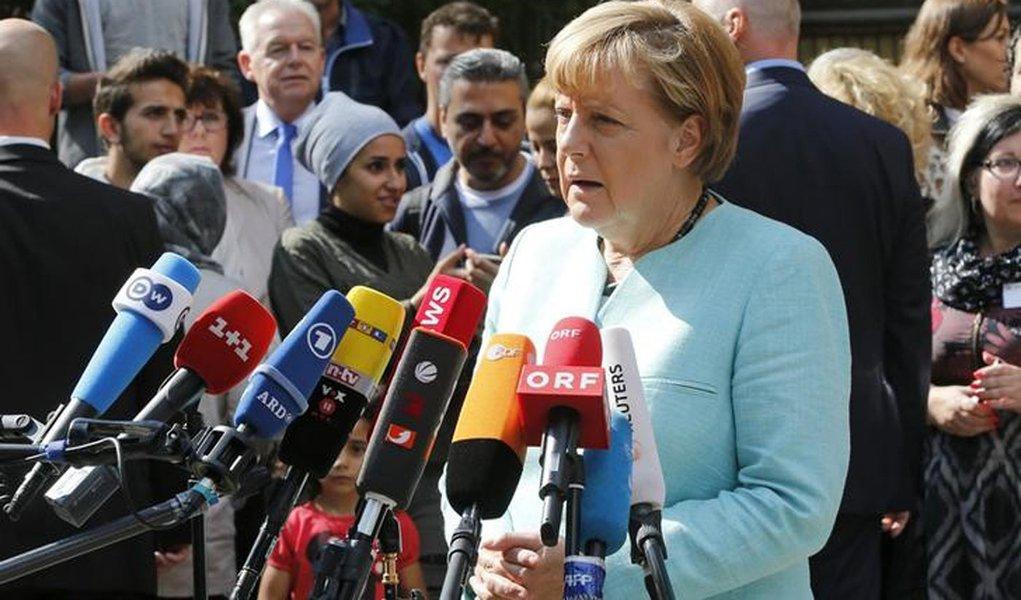 Chanceler alemã, Angela Merkel, fala à imprensa durante visita a um campo de refugiados, em Berlim, na Alemanha, nesta quinta-feira. 10/09/2015 REUTERS/Fabrizio Bensch