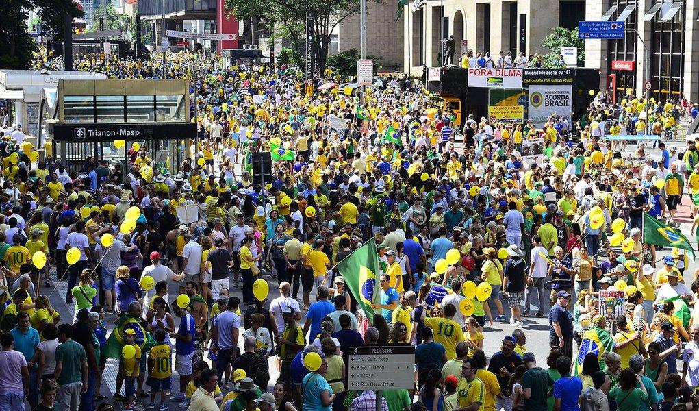 São Paulo - Manifestantes favoráveis ao impeachment da presidenta Dilma Rousseff concentram-se na Avenida Paulista, região central da capital (Rovena Rosa/Agência Brasil)