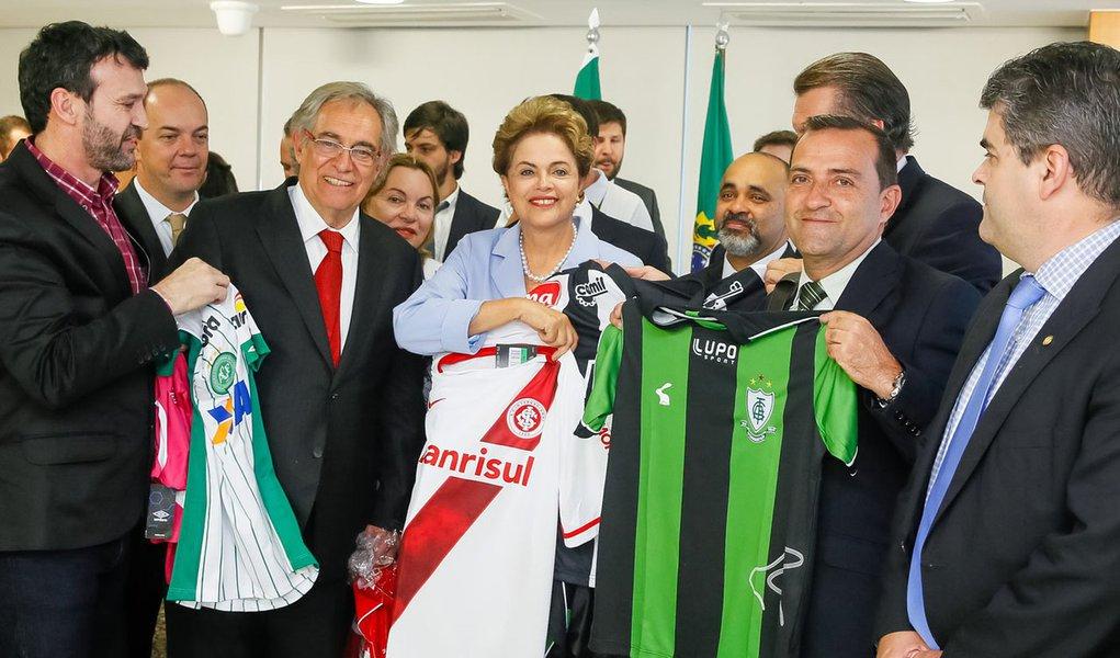 Brasília - DF, 11/08/2015. Presidenta Dilma Rousseff recebe atletas e dirigentes de clubes de futebol no Palácio do Planalto. Foto: Roberto Stuckert Filho/PR