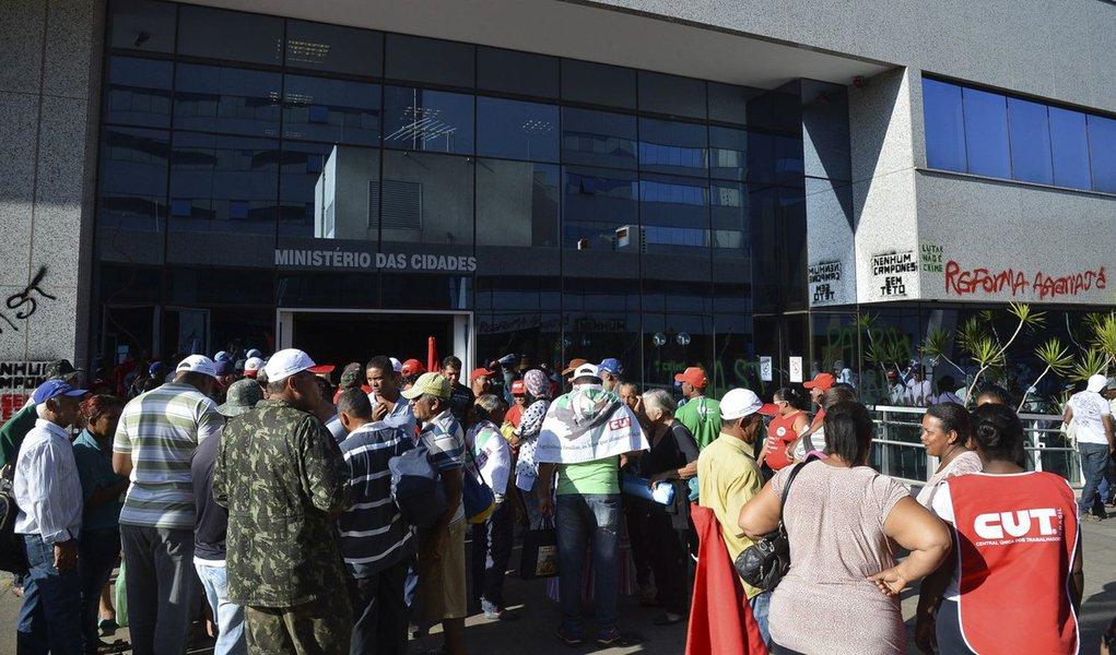 Bras�lia - Manifestantes ligados a Movimentos Sociais ocupam Minist�rio das Cidades em Bras�lia (Elza Fiuza /Ag�ncia Brasil)