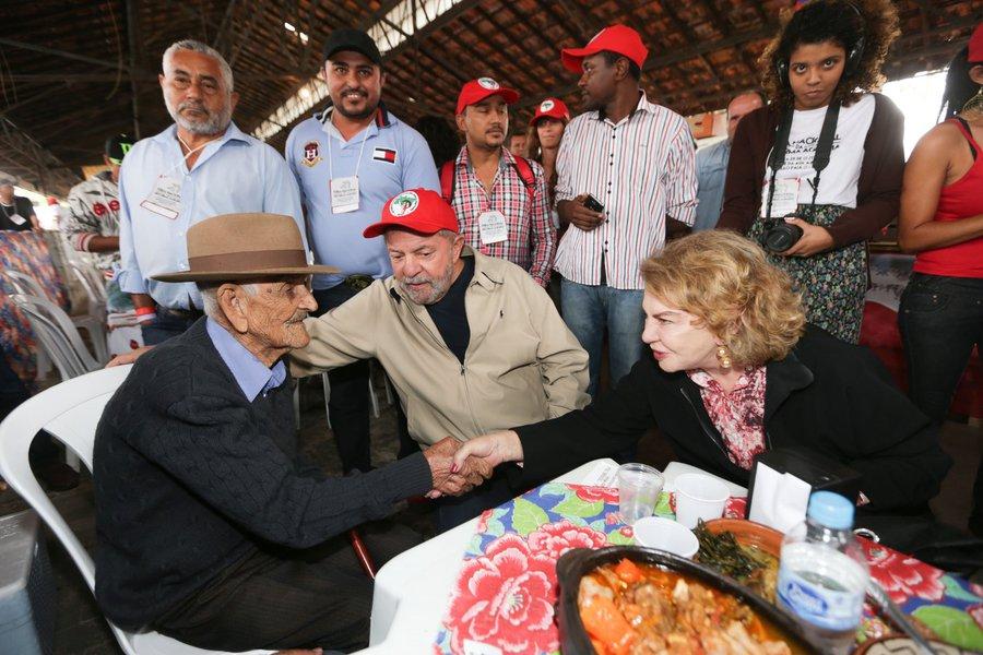 São Paulo 24/10/2015 Ex-Presidente Lula visita a Feira Nacional da Reforma Agrária no Parque da Água Branca. Foto Paulo Pinto