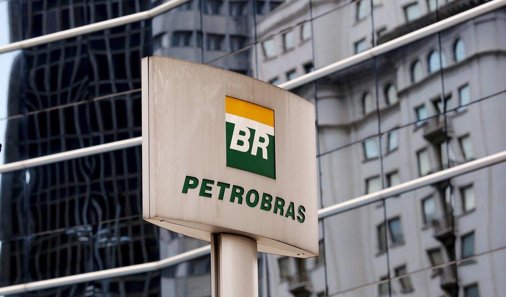 Logomarca da Petrobras em frente ao prédio da empresa em São Paulo. 23/04/2015 REUTERS/Paulo Whitaker