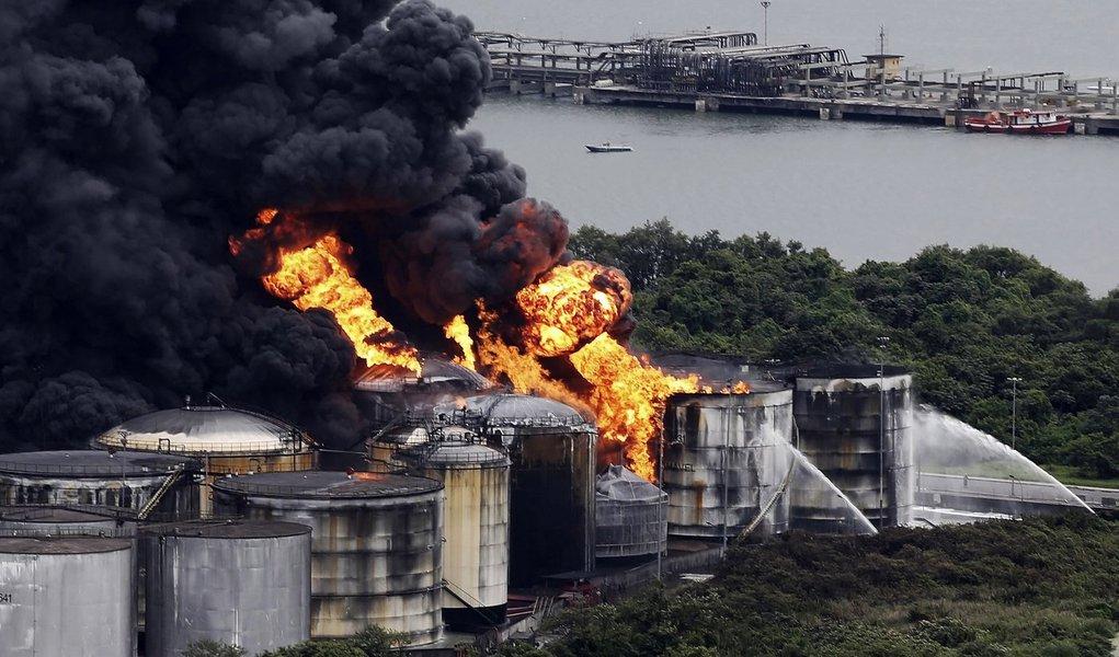 Incêndio em tanques de combustíveis no porto de Santos.   03/04/2015   REUTERS/Nacho Doce