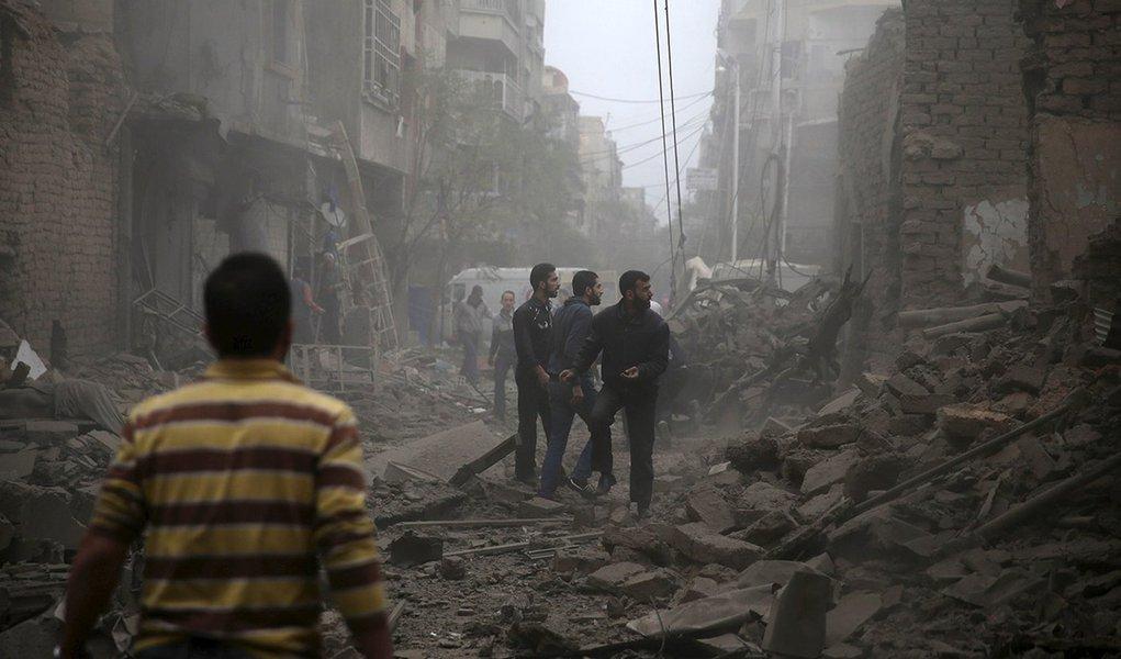Moradores olhando destroços em Damasco, Síria. 29/10/2015 REUTERS/Bassam Khabieh