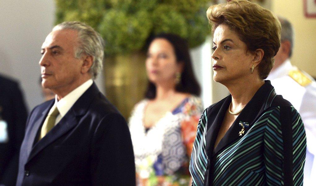Brasília - A presidenta Dilma Rousseff e o vice-presidente, Michel Temer, participam da solenidade onde recebem os cumprimentos de oficiais-generais no Clube do Exército (Antonio Cruz/Agência Brasil)