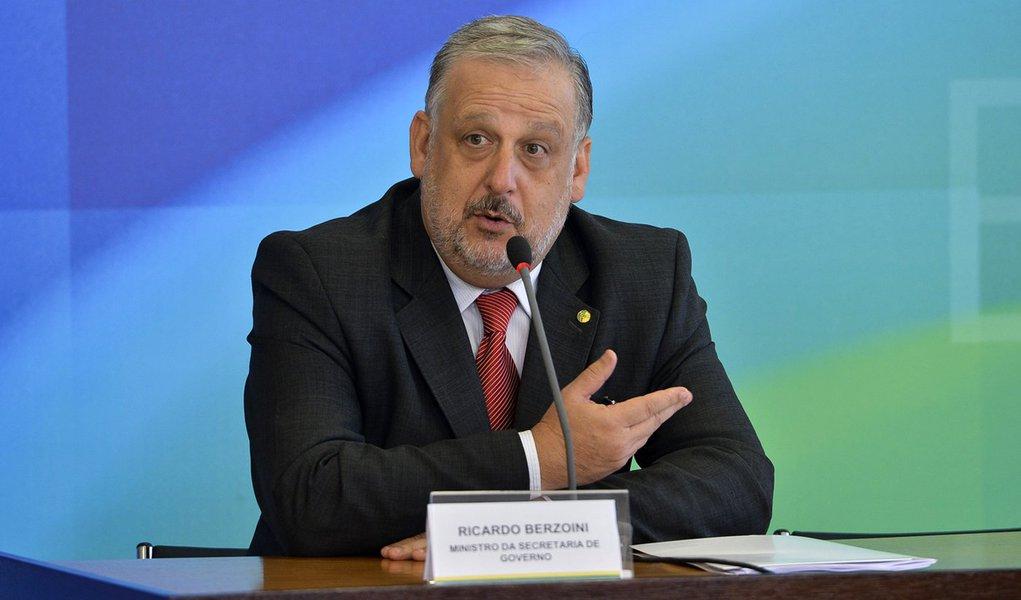 Bras�lia - O ministro da Secretaria de Governo, Ricardo Berzoini, fala a imprensa ap�s reuni�o de coordena��o com a presidenta, Dilma Rousseff (Antonio Cruz/Ag�ncia Brasil)