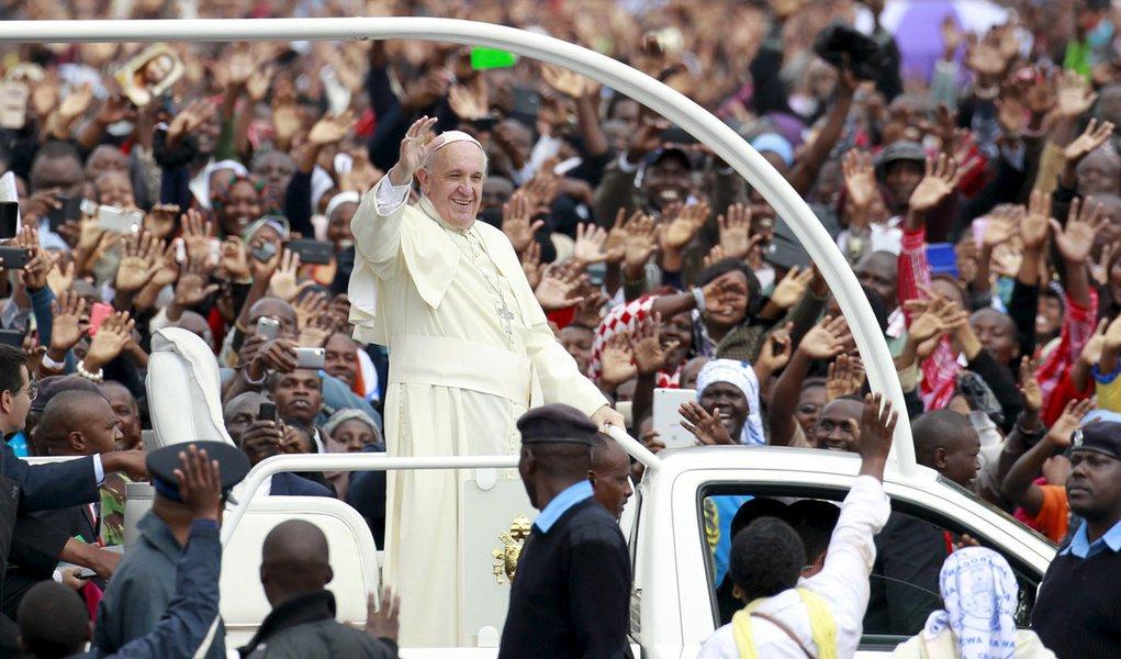 Papa Francisco em meio a multidão em Nairóbi. 26/11/2015 REUTERS/Thomas Mukoya