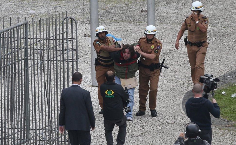 Curitiba- PR- Brasil-29/04/2015- Portesto de professores em greve, por conta da reforma previdenciária para os servidores públicos da educação do estado. Houve confronto entre policiais e manifestantes. Foto: Orlando Kissner/ Fotos Públicas