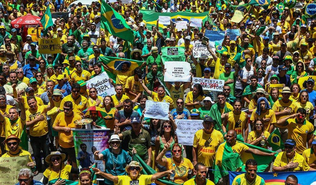 Foto: Rodrigo Lobo/ Fotos Públicas. Assunto: 15/03/2015- Recife- PE, Brasil- Manifestantes fazem protesto pelo impeachment da presidente Dilma Rousseff na capital de Pernambuco.
