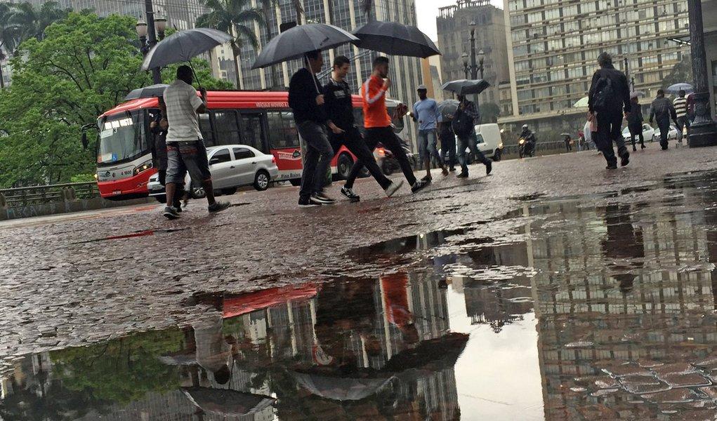 São Paulo 08/09/2015 Chuva - Chuva e frio na cidade após o feriado . Foto Paulo Pinto/Fotos Publicas