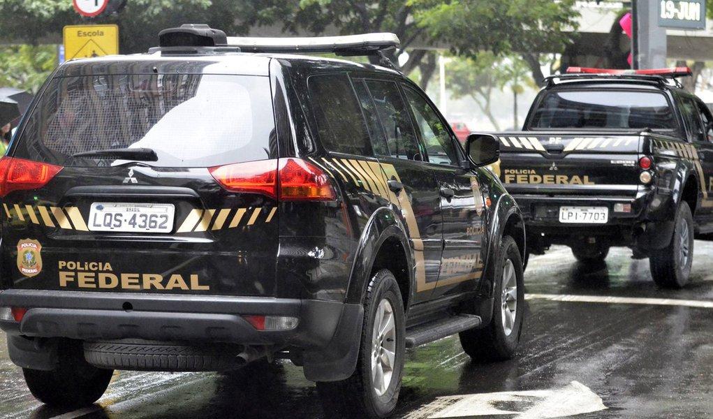 Policiais federais cumprem mandados de busca e apreensão na sede da empreiteira Norberto Odebrecht, no Rio de Janeiro, como parte da 14ª fase da Operação Lava Jato (Tânia Rêgo/Agência Brasil)