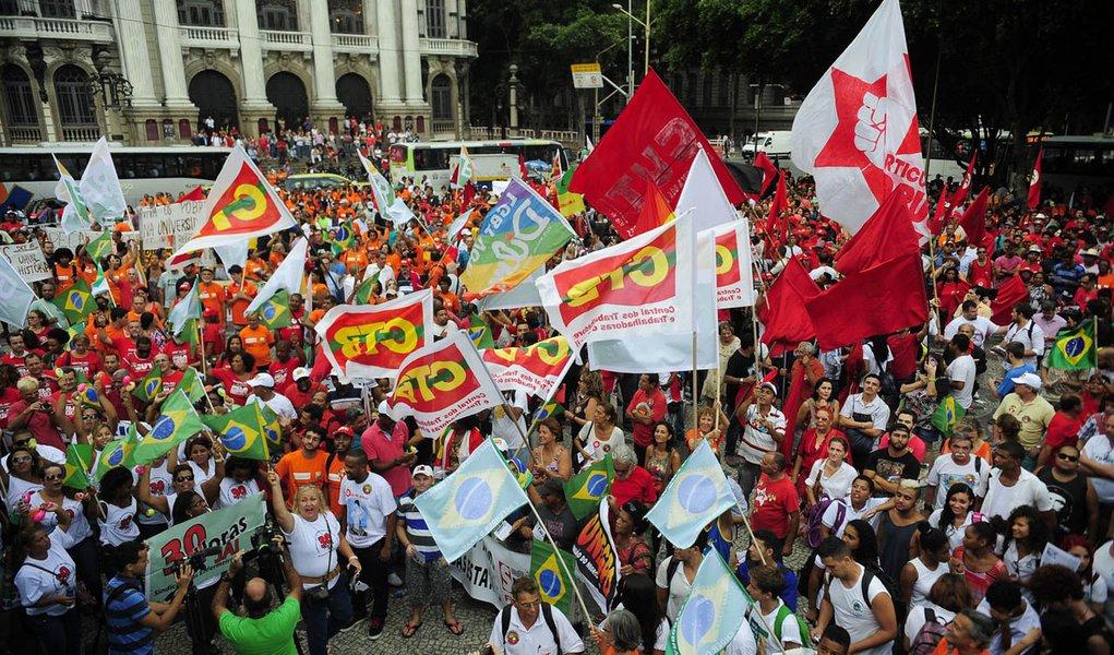 Rio de Janeiro- RJ- Brasil- 13/03/2015- Manifestantes reunidos na Cinelândia, centro do Rio, fazem ato em defesa da Petrobras e da presidenta Dilma Rousseff (Tomaz Silva/Agência Brasil)