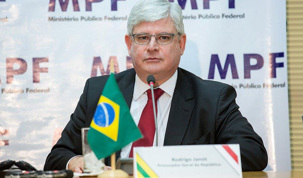 18/03/2015- Brasília- DF, Brasil- Entrevista coletiva do procurador-geral, Rodrigo Janot (dir.) e com o procurador-geral da Suiça, Michael Lauber, sobre as investigações da Operação Lava Jato, em Brasília.