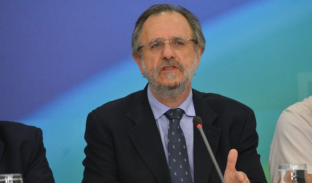 Ministro Miguel Rossetto, acompanhado de sindicalistas do Mercosul, fala com a imprensa após reunião no Planalto (Fabio Rodrigues Pozzebom/Agência Brasil)