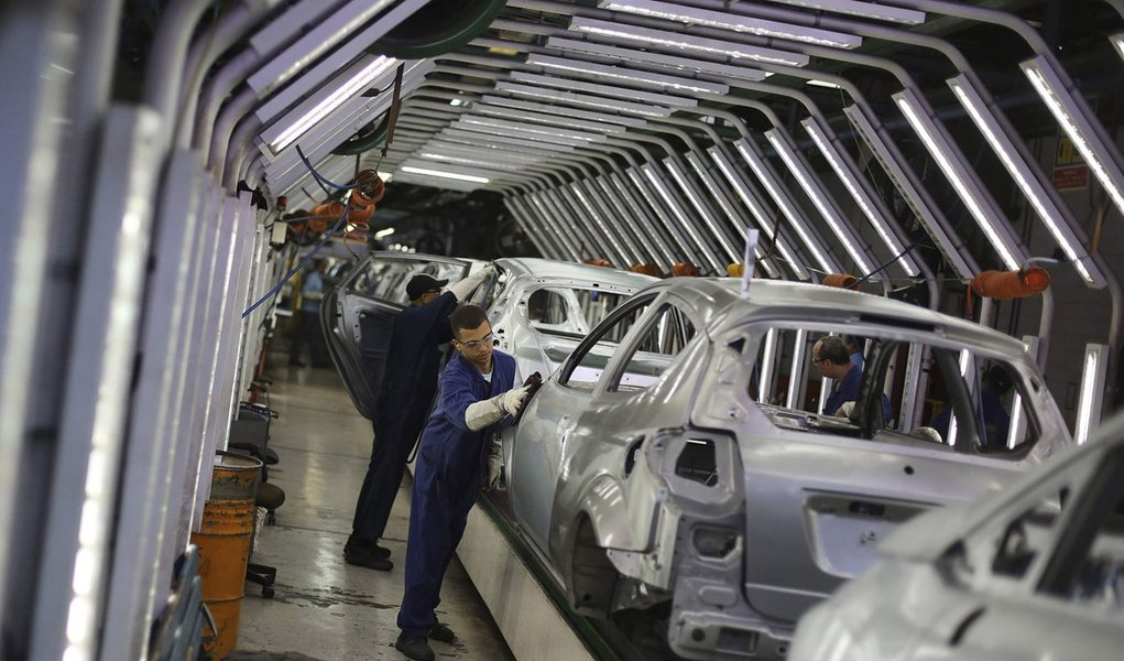 Brazilian workers polish Ford cars on a assembly line at Sao Bernardo do Campo Ford plant, near Sao Paulo August 13, 2013. The pace of vehicle production in Brazil slipped in July to the lowest daily rate in five months as factories, facing sagging consum