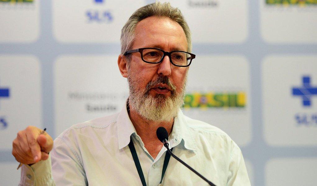 Brasília - Diretor de Vigilância das Doenças Transmissíveis do Ministério da Saúde, Cláudio Maierovitch, divulga o novo boletim epidemiológico com números atualizados de casos de microcefalia (Elza Fiúza/Agência Brasil)