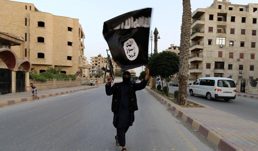 Homem com bandeira do Estado Islâmico em Raqqa, Síria. 29/06/2014 REUTERS/Stringer