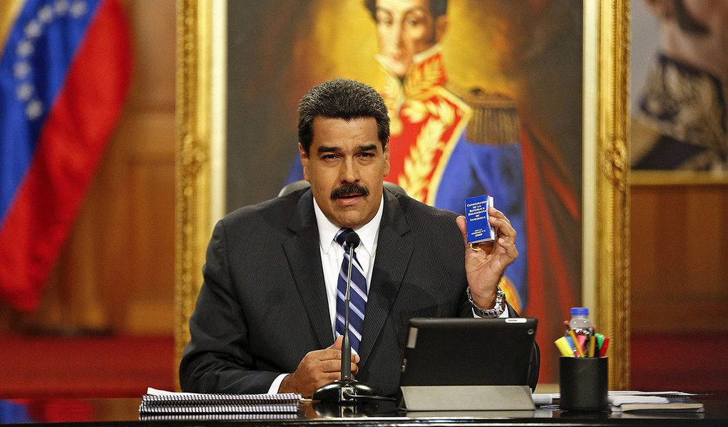 Presidente da Venezuela, Nicolás Maduro, exibe cópia da Constituição durante entrevista coletiva no Palácio Miraflores, em Caracas, na Venezuela, no fim de dezembro. 30/12/2014 REUTERS/Carlos Garcia Rawlins