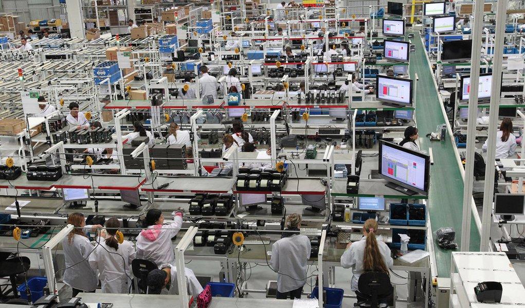 O contingente de trabalhadores empregados na indústria do Paraná aumentou 0,4% em dez meses de 2013, apesar do recuo de 1% em outubro. Foto: Gilson Abreu