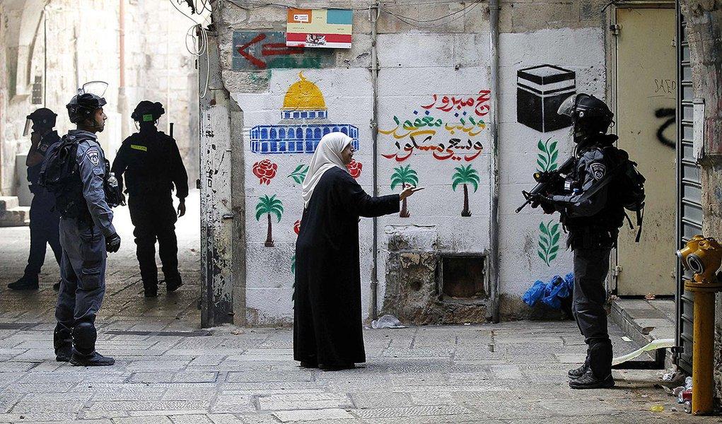 Palestina fala com policial israelense na Cidade Velha de Jerusalém. 30/10/2014     REUTERS/Finbarr O'Reilly