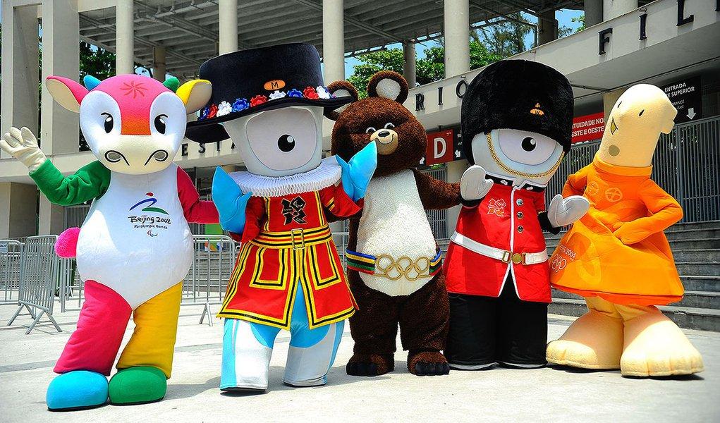 Mascotes que marcaram a história das Olimpíadas visitam o Estádio Maracanã e posam para fotos com as crianças da Vila Olímpica de Santa Cruz (Tomaz Silva/Agência Brasil) - Assuntos: Rio de Janeiro, olimpíadas rio 2016, mascotes, maracanã