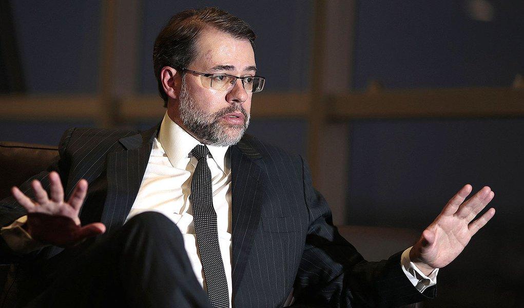 O presidente do Tribunal Superior Eleitoral (TSE), José Antonio Dias Toffoli, concede entrevista à Reuters em Brasília nesta sexta-feira. 03/10/2014 REUTERS/Ueslei Marcelino
