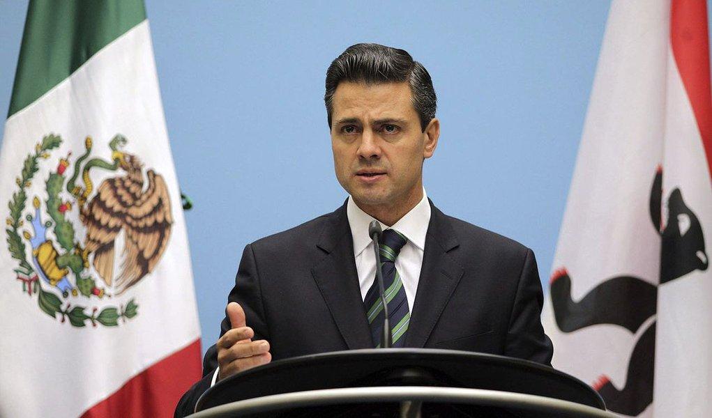 BE23 BERLÍN (ALEMANIA), 11/10/2012.- El presidente electo de México, Enrique Peña Nieto, durante una rueda de prensa celebrada en el ayuntamiento de Berlín, Alemania, el 11 de octubre de 2012. Peña Nieto se ha reunido hoy con la canciller alemana, Angela