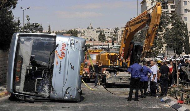 Ônibus tombado por uma escavadeira em Jerusalém. 4/08/2014. REUTERS/Ammar Awad